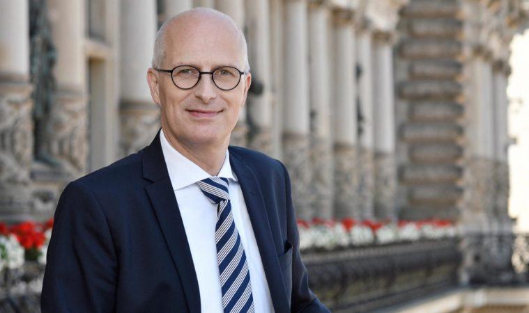 Viertklässlerin im Gespräch mit Peter Tschentscher